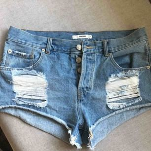 Snygga jeansshorts med slitningar i storlek M. Säljes pga för stora.  150 kr + frakt. 🌸