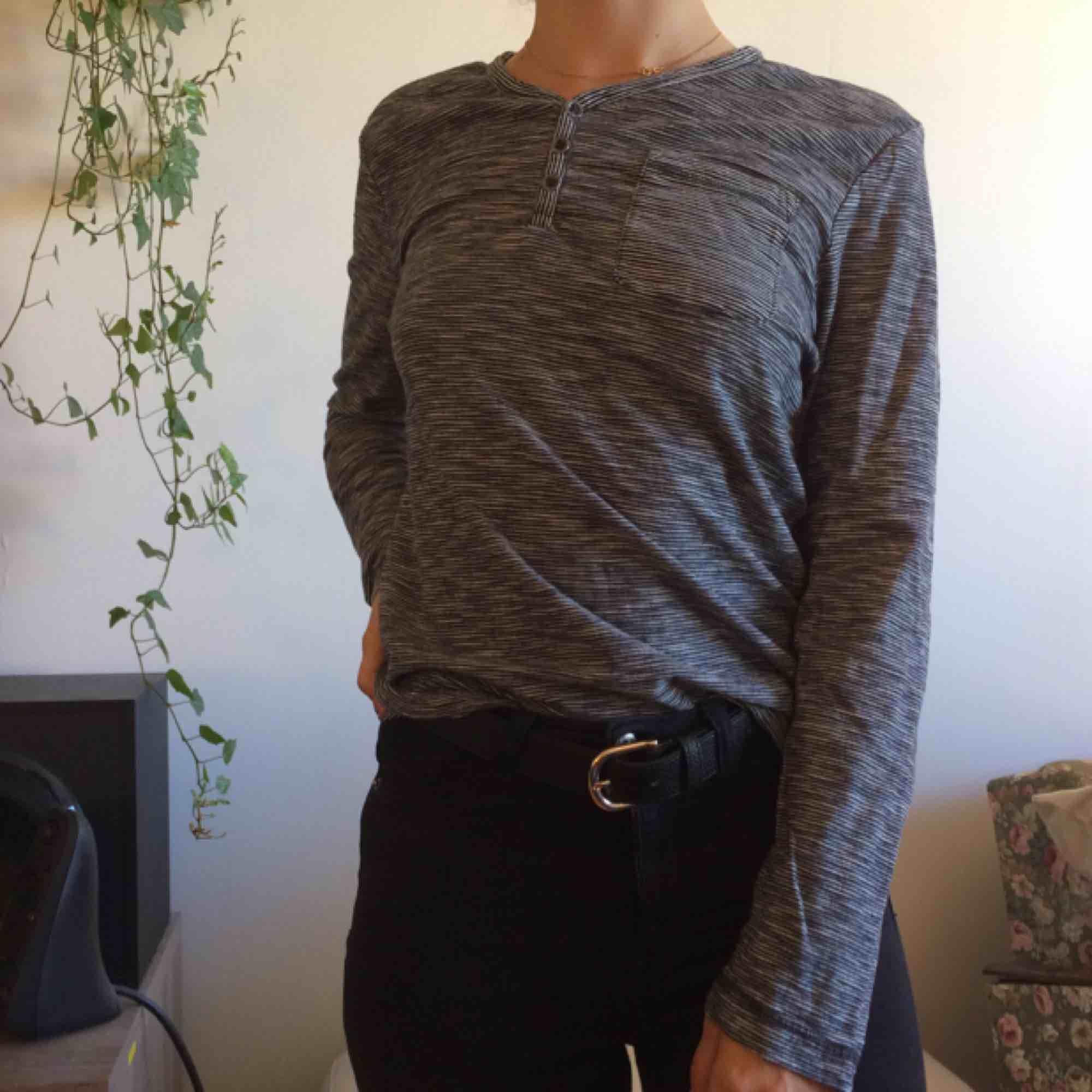 Randig supermjuk tröja med knappar framtill. Köpt på herravdelningen storlek S. FRAKT INGÅR I PRISET!. Toppar.