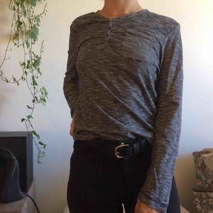 Randig supermjuk tröja med knappar framtill. Köpt på herravdelningen storlek S. FRAKT INGÅR I PRISET!