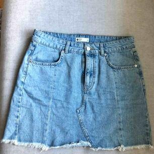 Blå jeanskjol med dragkedja. Säljes pga för stor.  70 kr + frakt. 🌸