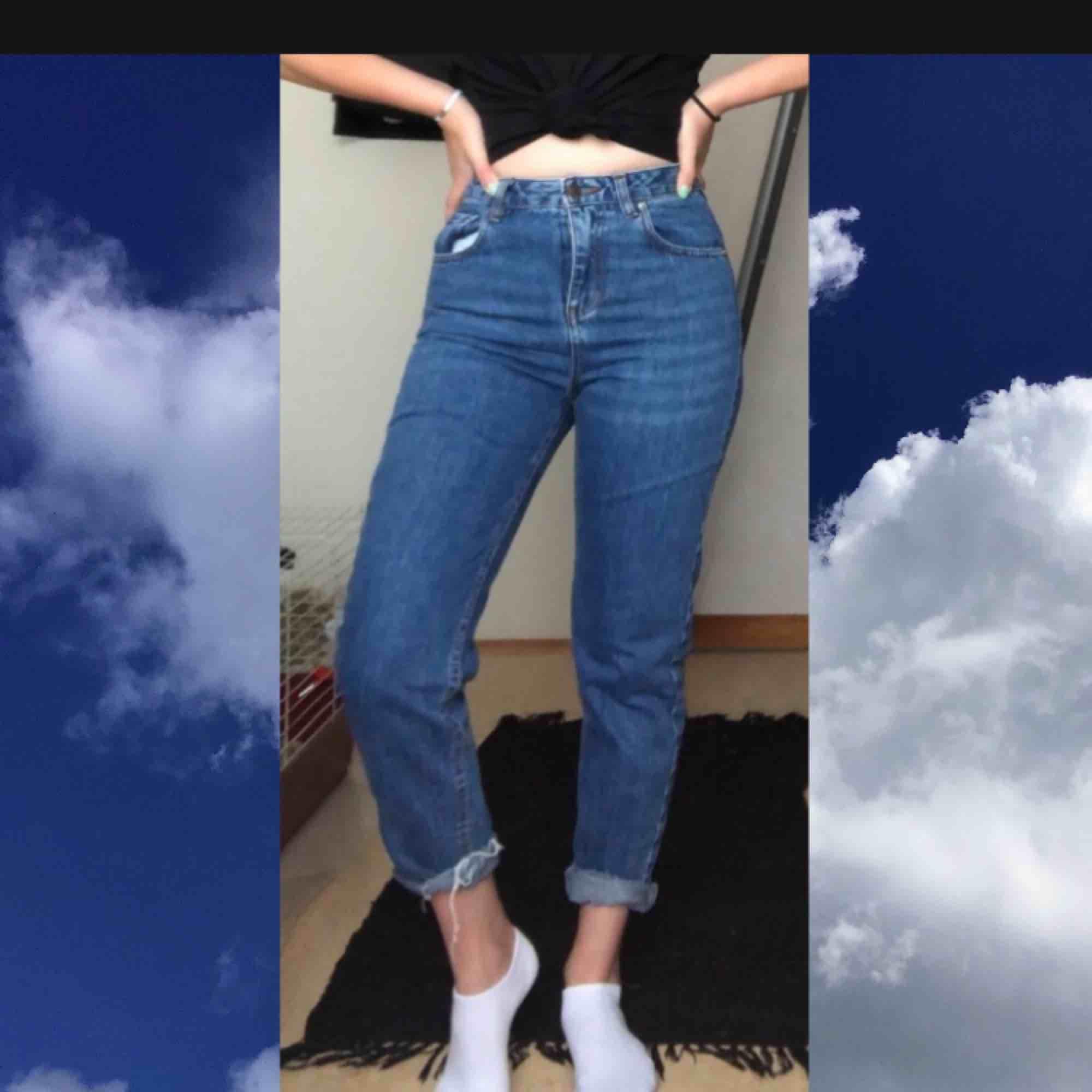 Mom jeans i bra skick från Pull&Bear . Jeans & Byxor.