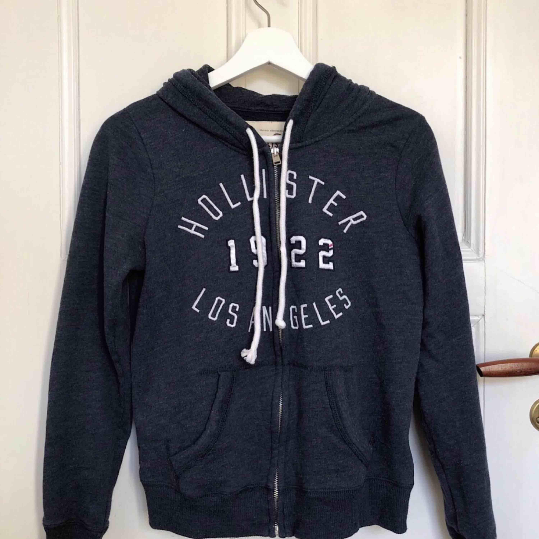 skön hoodie, använd endast en gång & är som ny!! passar XS & S. köparen står för frakt (+30kr). Tröjor & Koftor.