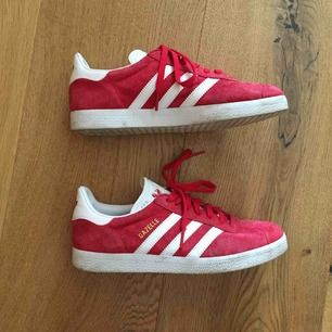 Röda Adidas Gazelle. Bara använda tre gånger. Avlämnas i Göteborg, annars står köparen för frakt.