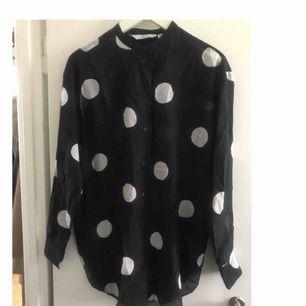 Silk/bomulls skjorta, fin fina material som håller dig sval i sommar 😎 en oversized modell!