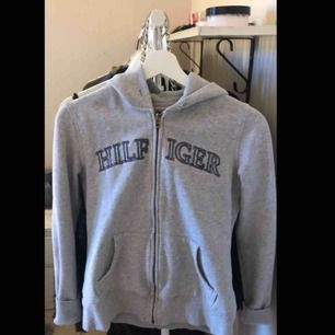 Säljer en äkta tommy hilfiger hoodie. har swish kan mötas i falun arnas står köparen för frakten :)