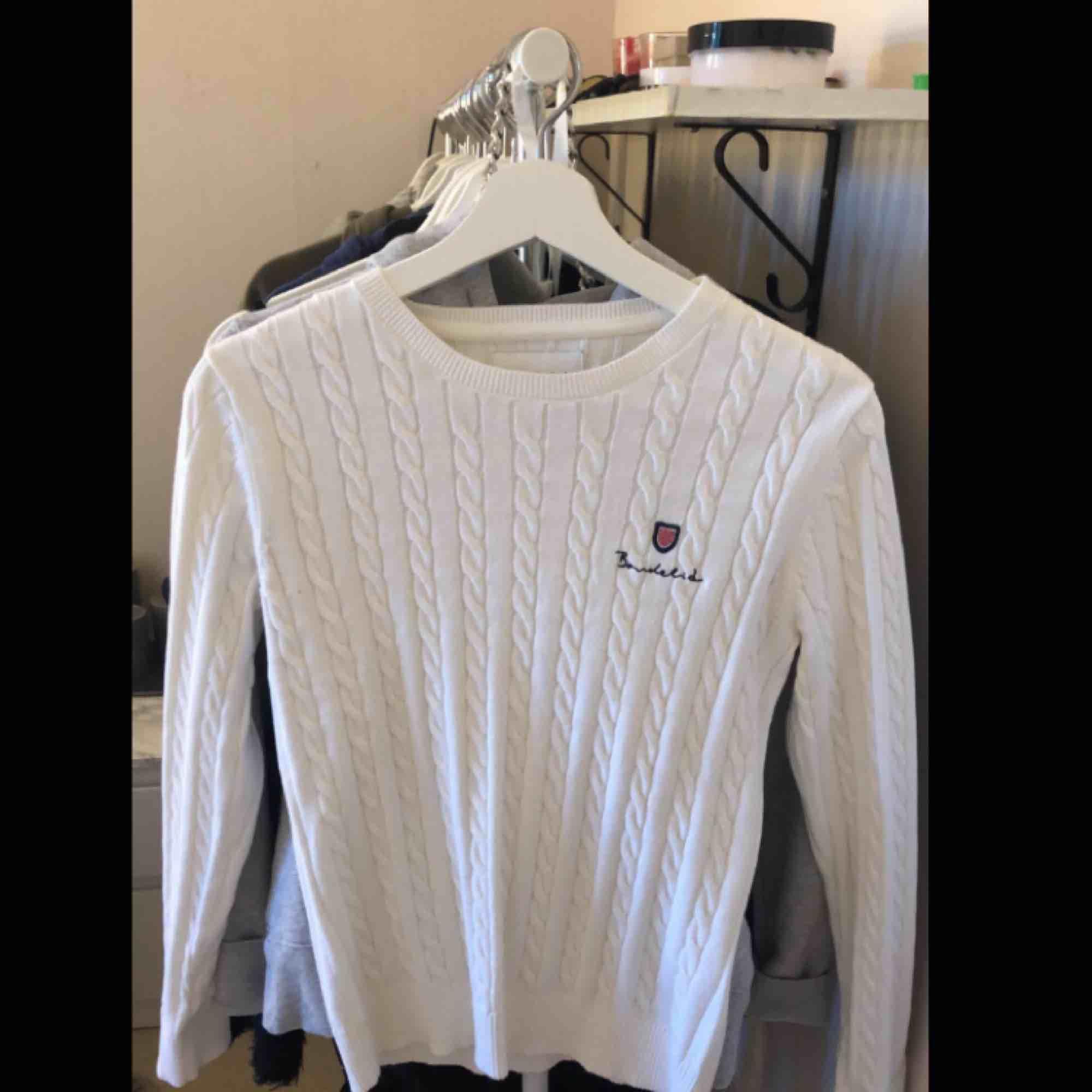 Säljer en ny bondelid kabelsticksd tröja, aldrig använd. har swish, kan mötas i falun arnas står köparen för frakten. . Tröjor & Koftor.