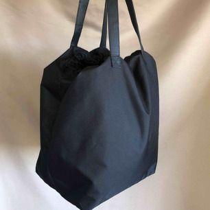 Knappt använd väska från monki. 42*30 cm