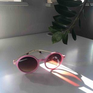 Coola runda rosa solglasögon🤩 det i glaset på andra bilden är ej repor utan spegling av nåt. Det står Michael Kors men jag har ingen aning om de är äkta då jag köpt dom på second hand