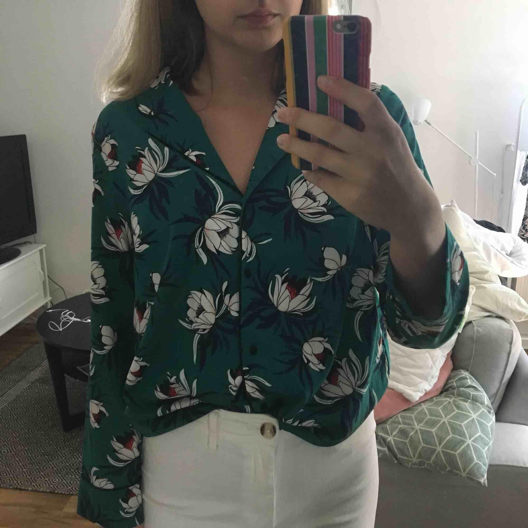 """Grön blus i """"pyjamas- modell"""" med blommigt mönster. Jättefin sommarblus som tyvärr kommer till för lite användning. Blusen är i jättefint skick! . Blusar."""