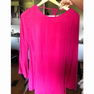 Rosa klänning ifrån ginatricot, aldrig använd, storlek: 38. Köparen står för frakt