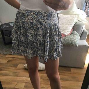 Blåmönstrad kjol från H&M, förra säsongen. Endast använd en gång.