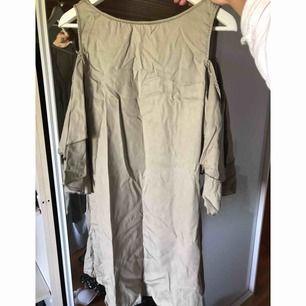 Grön klänning ifrån zara. Storlek S.  Köparen står för frakt