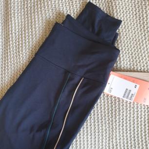 HELT NYA träningstights från H&M ⭐  Marinblå med två sträck.  Nypris 250kr