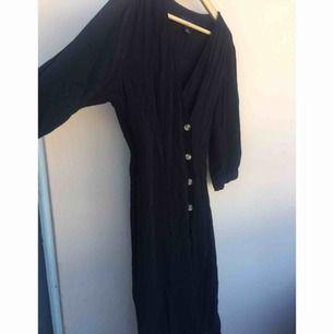 Superfin  och populär klänning från Monki i en tunt och svalt material. Säljs fortfarande i butik men för 350kr. Fint skick! Passar även 36. Bättre pris vid snabb affär!