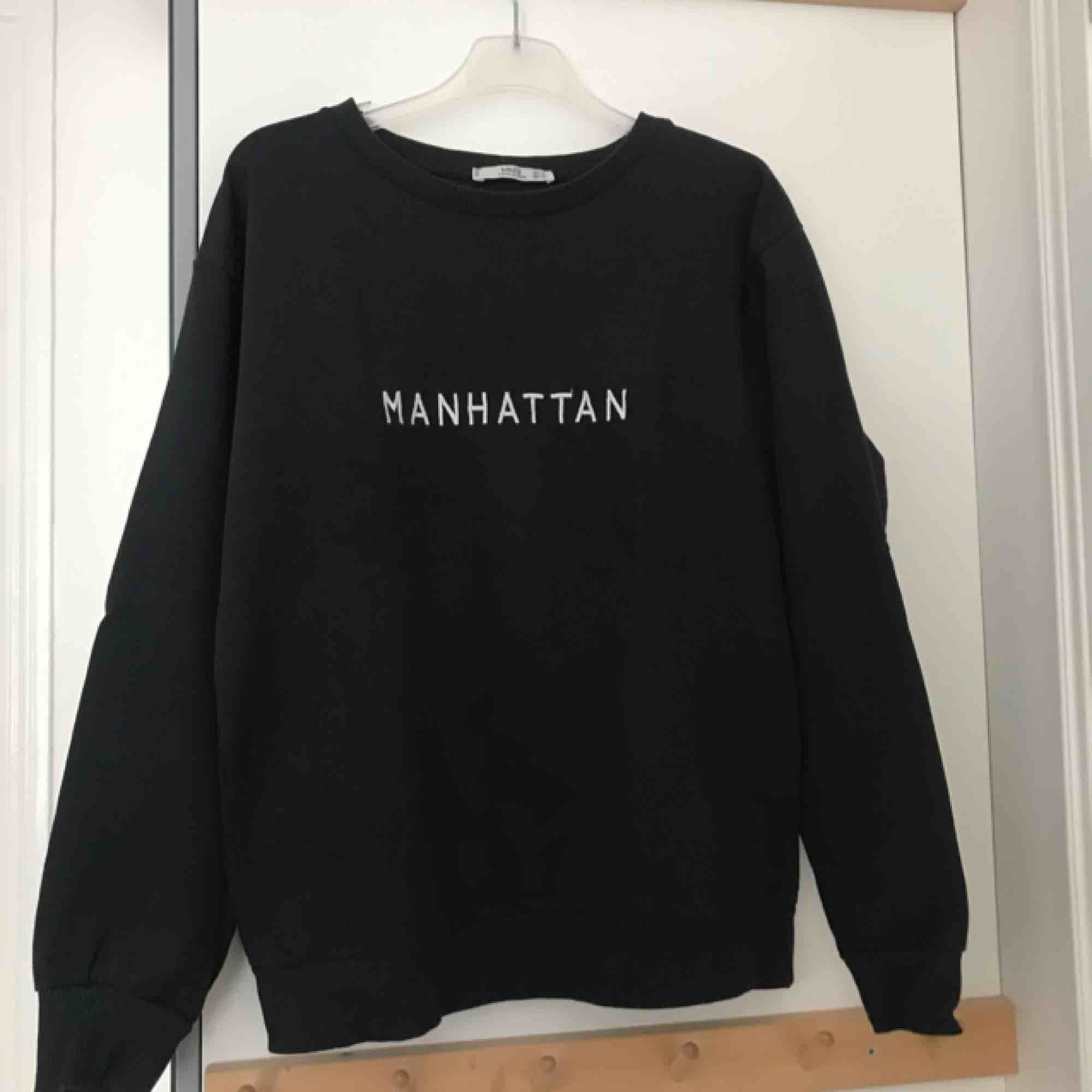 Svart sweatshirt från Mango! Superbra skick samt kvalité. Funkar utmärkt på både kalla vinterdagar och svalare sommarkvällar. Passar M lika bra som S.. Tröjor & Koftor.