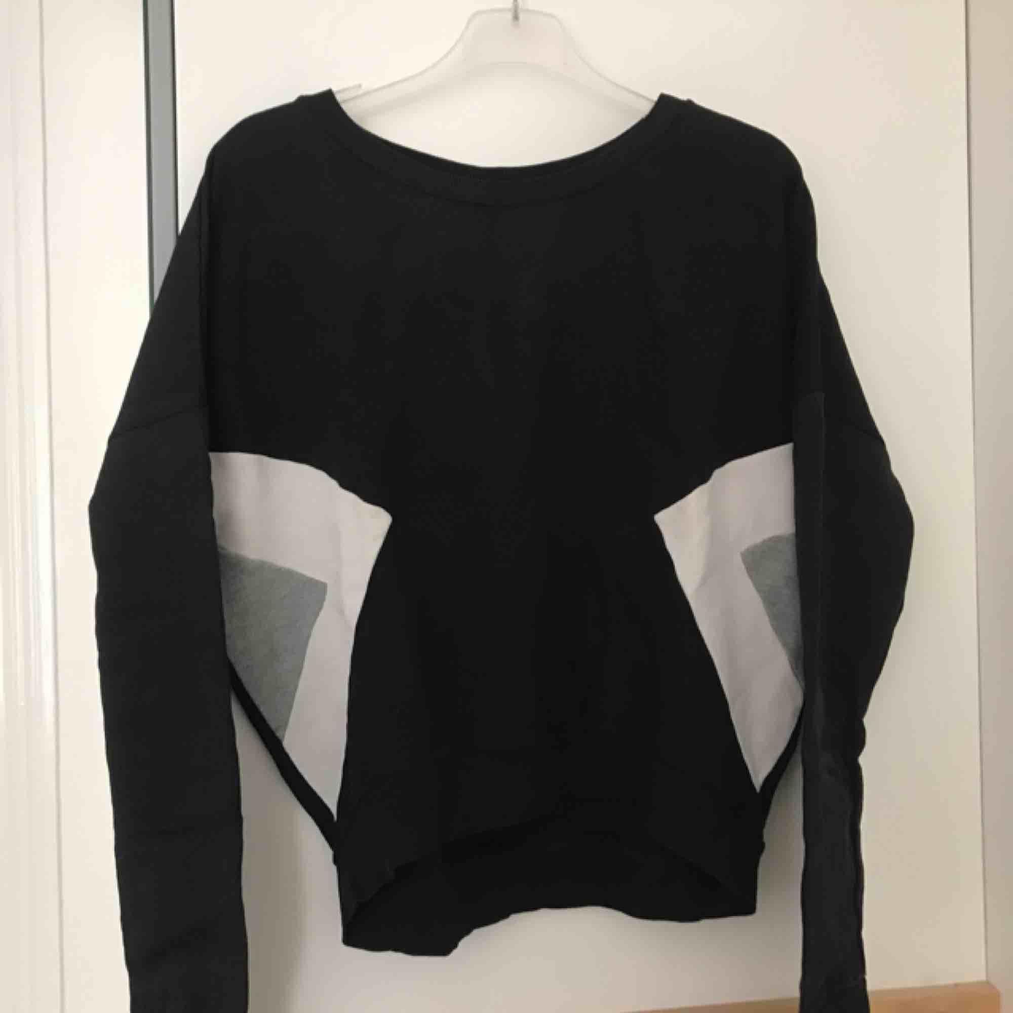 Croppad sweatshirt från GinaTricot med färgblock på sidorna. Passar även en S. . Tröjor & Koftor.