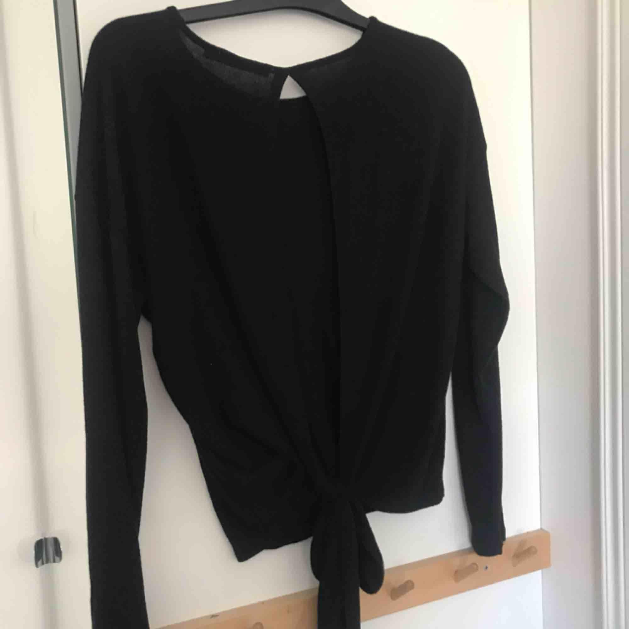 Aldrig använd tröja med öppen rygg och knyte baktill från NAKD. Supersjuk och skön, passar även en M.. Tröjor & Koftor.