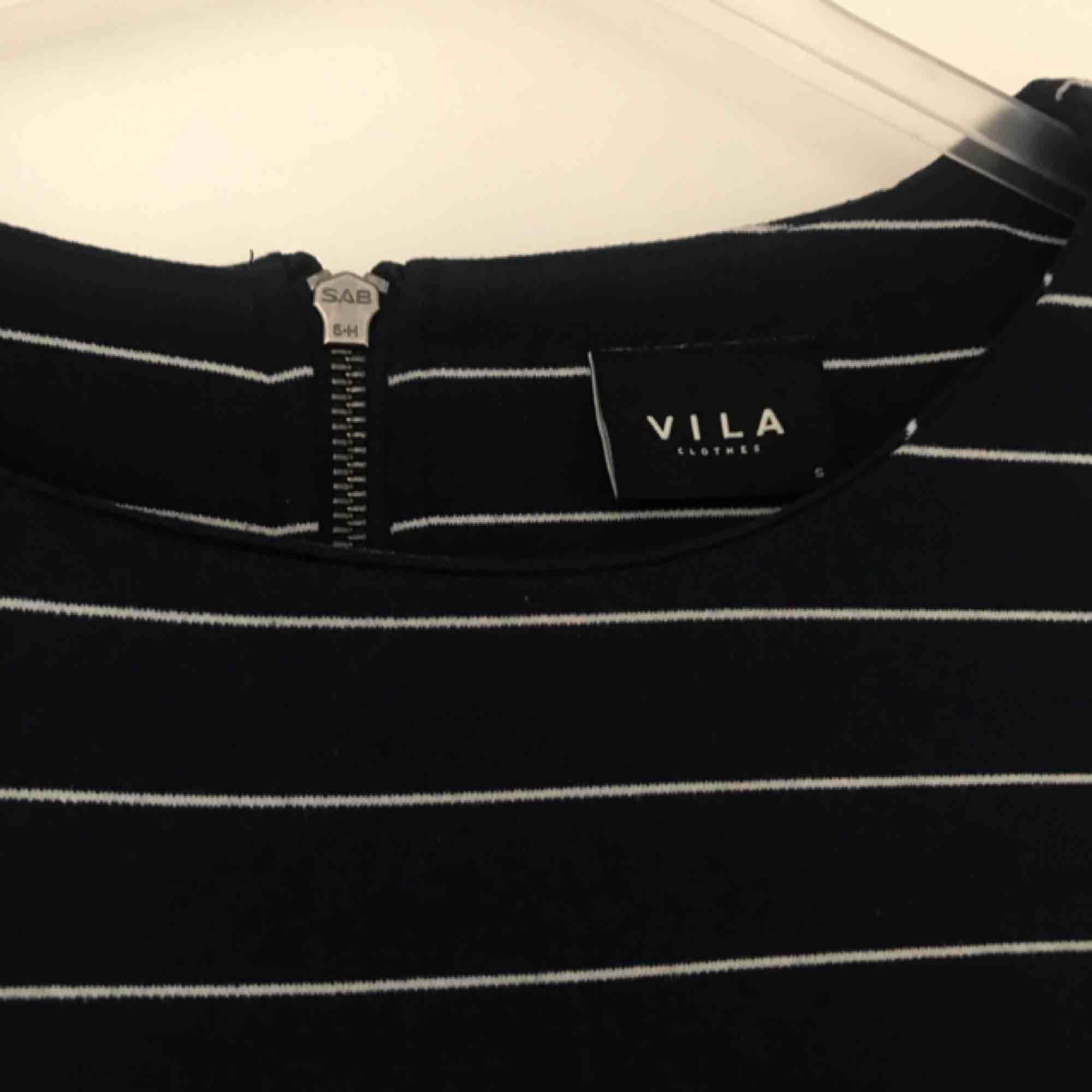Blå-vitrandig tshirt klänning från Vila. Sitter som en smäck, passar även en M men är framförallt SKÖN! . Klänningar.