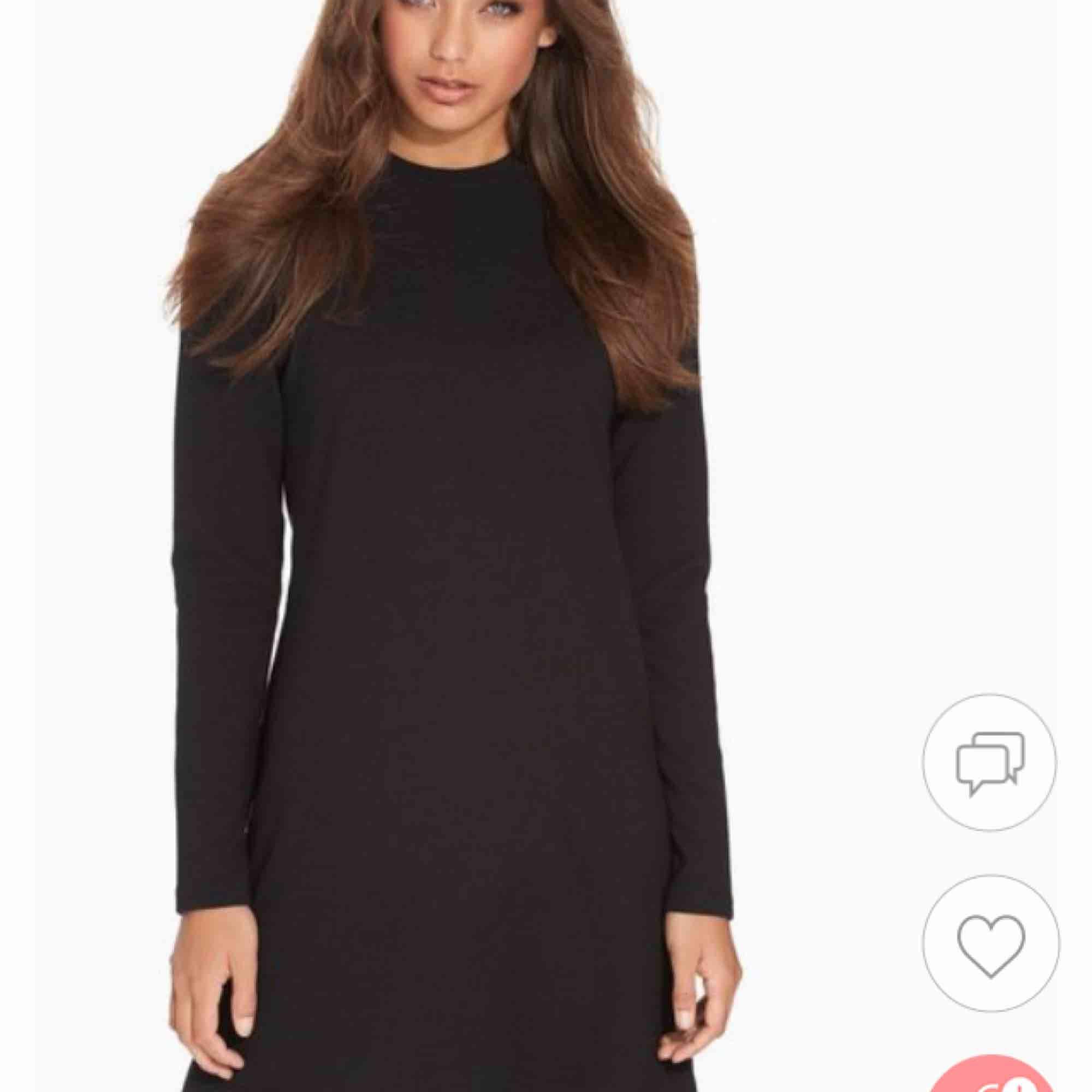 Fin svart klänning med dragkedja i nacken. Inte helt tight vilket gör den väldigt skön och bekväm. Passar perfekt till fest.. Klänningar.