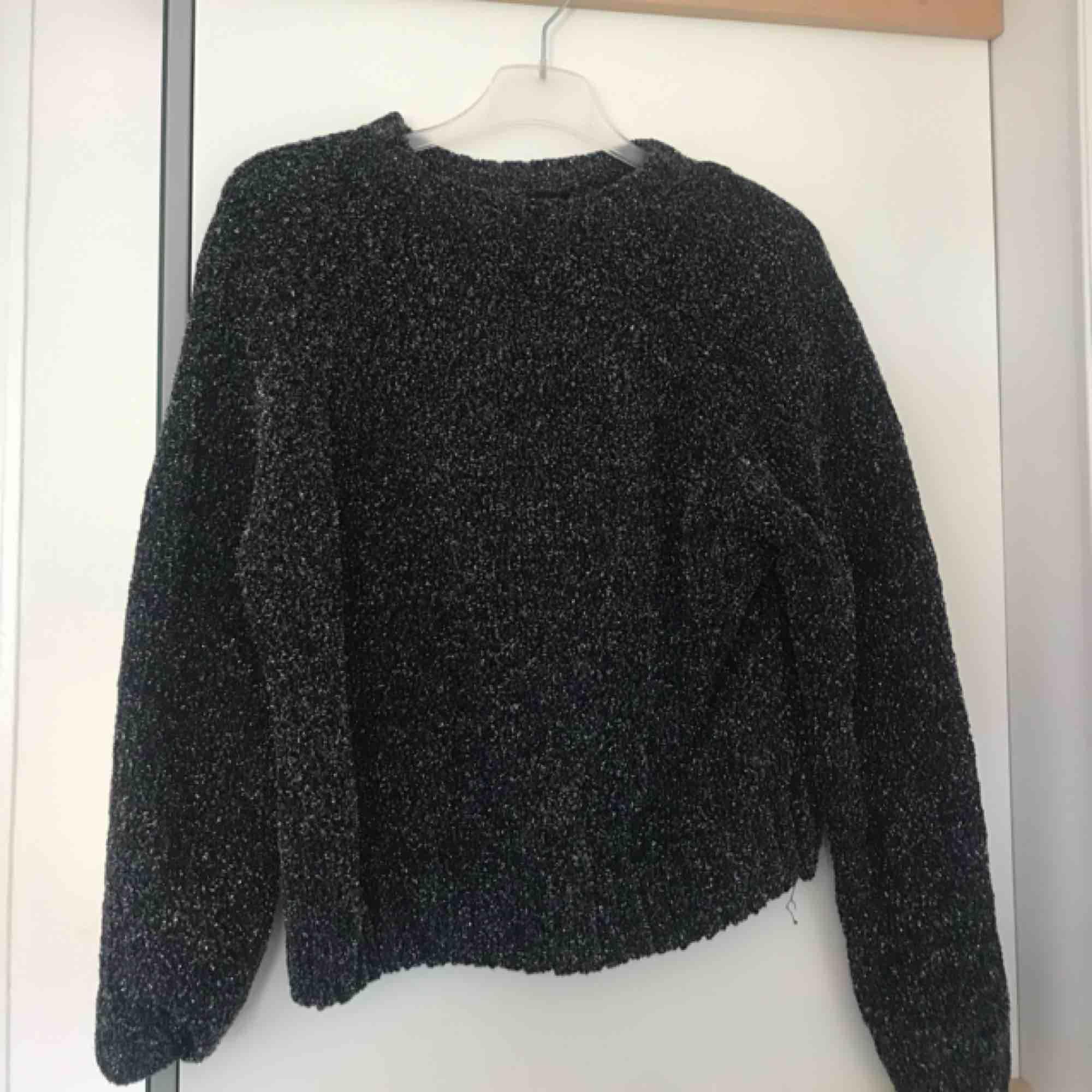 Glittrig sweatshirt från GinaTricot. Perfekt till ett mysigt nyår. Passar S även.. Tröjor & Koftor.