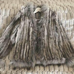 Äkta kaninpäls jacka från Italien, köpt i Rom i en pälsbutik. Använd ett fåtal gånger, passar en S/38.