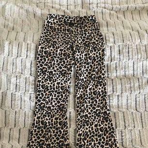 Byxor i leopardmönster från ginatricot i storlek S, aldrig använda. Vida nertill. Sitter som ett par yogapants