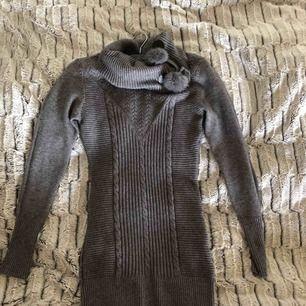 Stickad poloklänning med äkta pälsbollar, aldrig använd. Köpt i Italien i Rom. Passar storlek XS/36