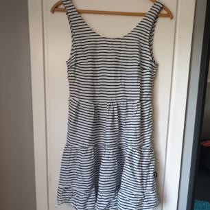 En klänning med knytning i bak