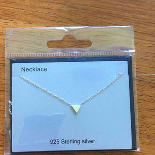 Nätt och fint halsband från Guldfynd, i 925 sterling silver. Oöppnat, kom ej till användning här. Frakt ingår✨