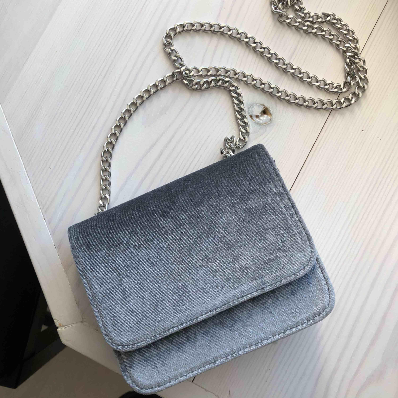 Grå liten väska med kedjeband. Frakt endast 30 kr <3. Väskor.