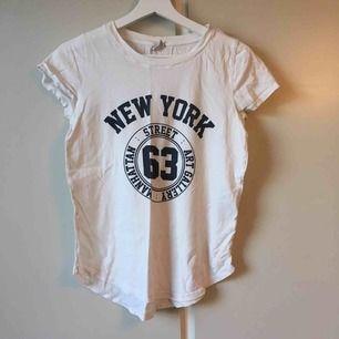 Vit t-shirt med tryck. Som ny. Frakt ingår i priset.