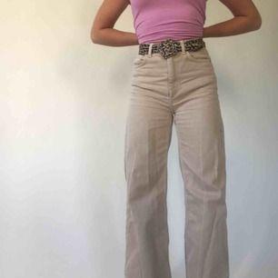 Superfina jeans från weekday i modellen Ace Sand. Köpte här på Plick men de har ej kommit till användning. Har blivit lite skrynkliga i garderoben men kan såklart strykas innan jag skickar iväg dem. Köparen står för frakt🥰