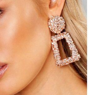 Trendiga örhängen i rosé färg  Oöppnade