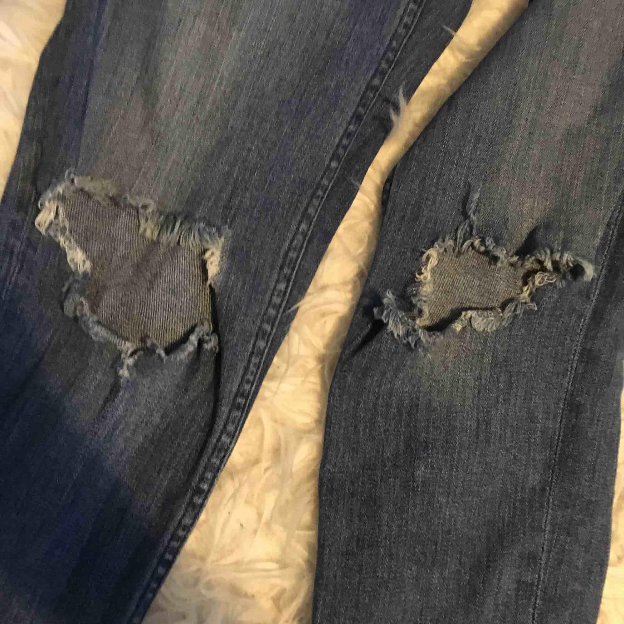 Jeans med hål i knäna! Frakt ingår i priset.. Jeans & Byxor.