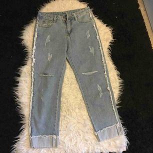 Jättecoola jeans med slitningar. Aldrig använda. Frakt ingår i priset.