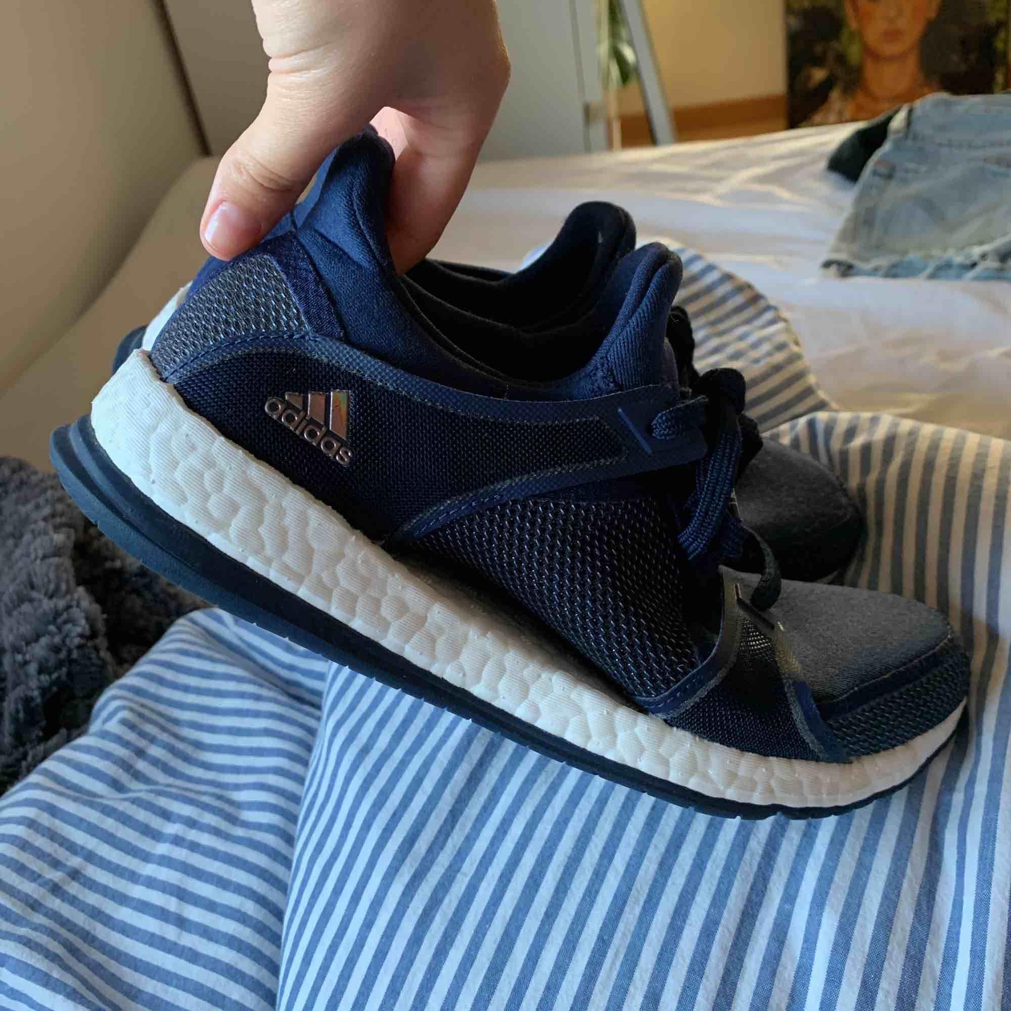 Adidas pure boost, bara använda inomhus så i fint skick . Skor.