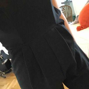 Jumpsuit baraxlad, fint skick, lite tight på mig som är en M nuförtiden 😅