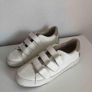 Säljer ett par vita sneakers i storlek 38. Knappt använda och ser ut som nya! Frakt tillkommer