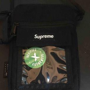 Äkta Supreme väska köpt från StockX, höjd:ca 18cm bredd:ca 13cm ställbar längd på bandet. Kan mötas i Stockholm köpt för ungefär en månad sedan från ss19 kollektionen