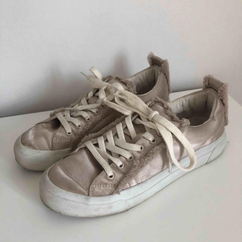 Säljer ett par sneakers i storlek 37!!   Frakt tillkommer!. Skor.