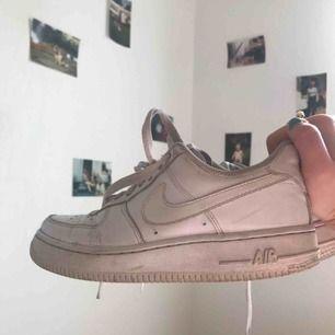 Säljer mina älskade Nike Air Force 1 då de tyvärr inte kommer till användning💞💞 Storlek 37,5