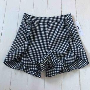 Ett par helt oanvända rutiga shorts (prislappen är kvar) från ginatricot.   Frakt tillkommer
