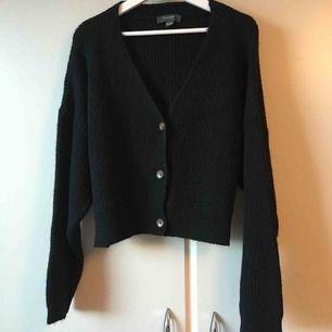 V-ringad stickad tröja med knappar! Aldrig använd. Frakt ingår i priset.