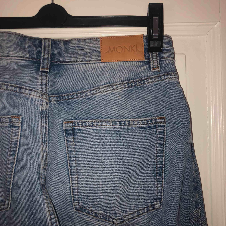 Superfina, sköna momjeans från Monki. Ljusa i färgen och lite längre i benen. Sitter asbra och är lite stretchiga. Frakt ingår!!. Jeans & Byxor.
