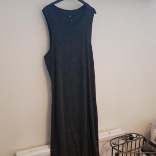 🌻 Säljer denna supersköna klänning köpt från Carlings för ungefär 1 år sen🌻 Den är aldrig använd, bara provad🌻 på mig som är 168cm är den ner till vaderna🌻 säljer den då den i ärmöppningen är för stor för mig som är en XS-S i storlek🌻