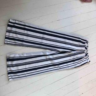 Ett par byxor med mörkblåa och vita ränder!!  Frakt tillkommer