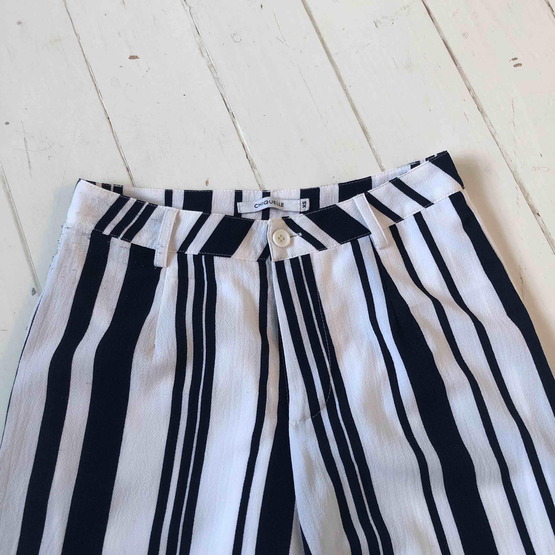 Ett par byxor med mörkblåa och vita ränder!!  Frakt tillkommer . Jeans & Byxor.