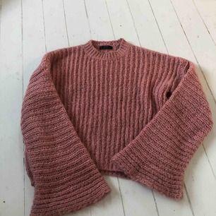 En stickad tröja, dov rosa/gammal rosa, knappt använd och ser ut som ny!!  Frakt tillkommer