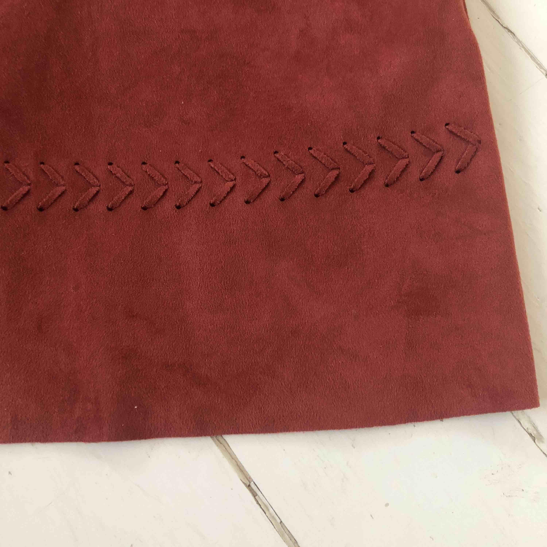 En roströd kjol, ser ut som ny. Imiterad mocka!  Frakt tillkommer. Kjolar.