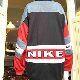 En Nike jacka i polyester. Snyggt oversized. Köpt på humana i Sthlm, second hand men gott skick. Köparen betalar frakt.